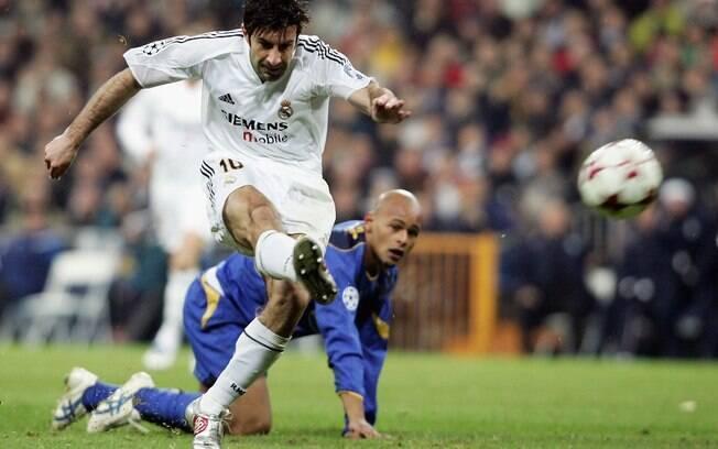 Também em 2000, o português Figo trocou o  Barcelona pelo Real Madrid