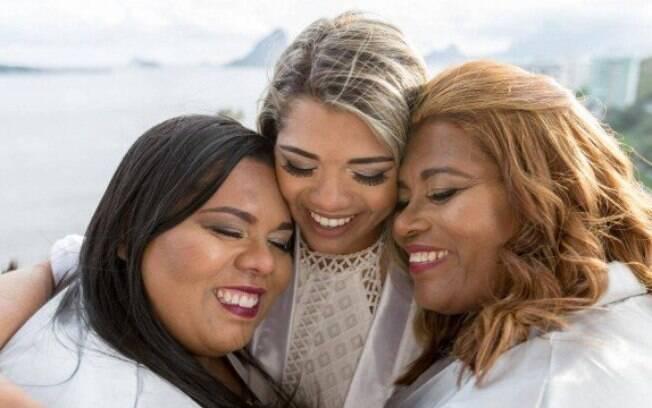 Thamires (centro) ao lado da irmã e da mãe