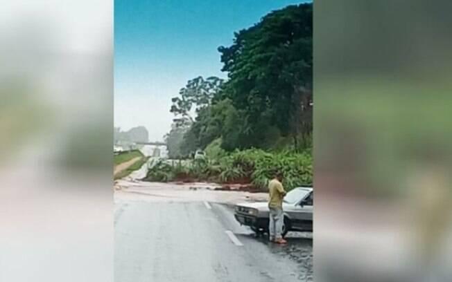 Chuva causa alagamento e deslizamento de terra em Americana