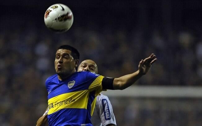 Riquelme protege bola no alto contra o  lateral Alessandro