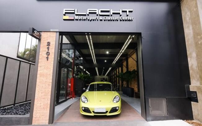 Fachada da nova oficina especializada em Porsche, na região dos Jardins, em São Paulo, com um modelo Cayman GT4
