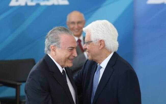 Presidente Michel Temer cumprimenta Moreira  Franco, novo ministro da Secretaria-Geral da  Presidência de República