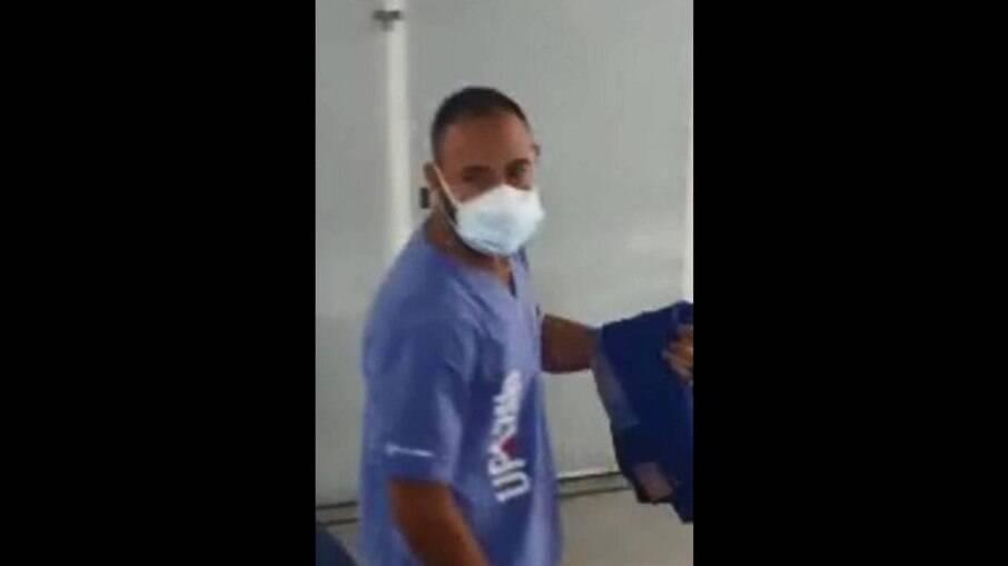 Falso médico sendo conduzido pelas autoridades