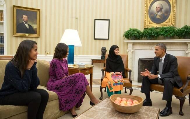 Obama, primeira-dama Michelle e sua filha Malia reúnem-se com ativista paquistanesa Malala Yousafzai (12/10/2013)