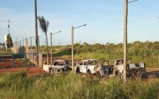 Três caminhonetes foram incendiadas no lado brasileiro da fronteira com o Paraguai, em Ponta Porã