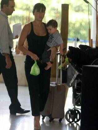 Dani Suzuki não se incomodou com a presença dos paparazzi e mostrou experiência na hora de cuidar do primogênito