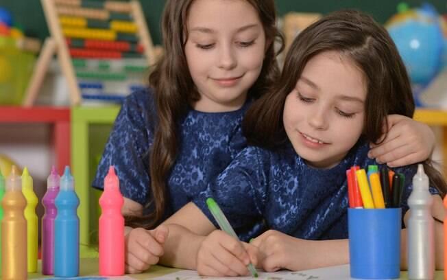 Irmãos gêmeos devem estudar na mesma sala ou em classes separadas?