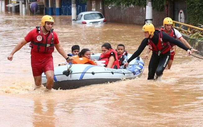 Chuva provocou alagamento na cidade de Itapevi, na Grande São Paulo, na manhã de sexta-feira