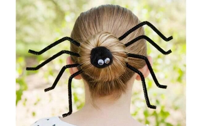 A graça pode estar nos detalhes! Aqui, o coque da menina ficou mais divertido com as 'perninhas' de aranha pulando para fora do cabelo - elas são feitas com limpadores de cachimbo