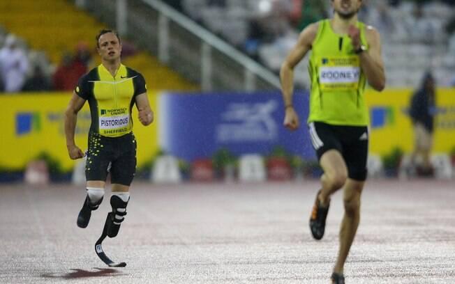 Pistorius disputou sua primeira prova contra  atletas sem deficiência em  2007, em Norwich  (Ing), terminando em oitavo lugar