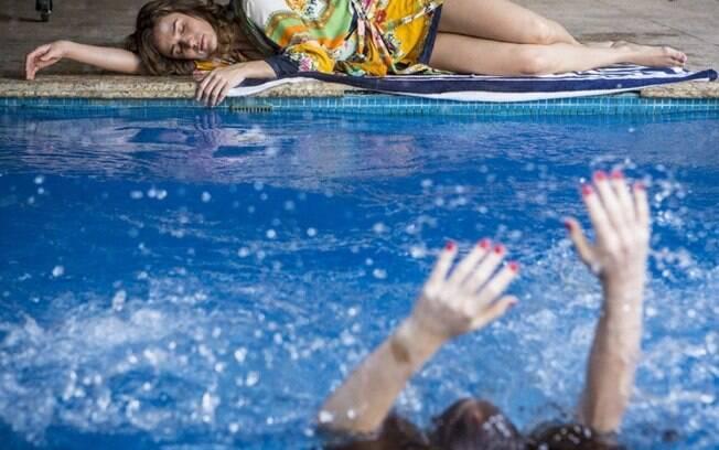 Eliza (Marina Ruy Barbosa) se afoga em armação de Sofia (Priscila Steinman) em