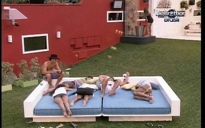 Monique recebe a ajuda de Fael e Jonas para girar a manivela