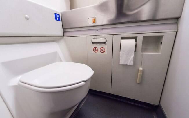 O banheiro é um local que você não deve ir sem estar usando calçados durante a viagem de avião; veja o motivo