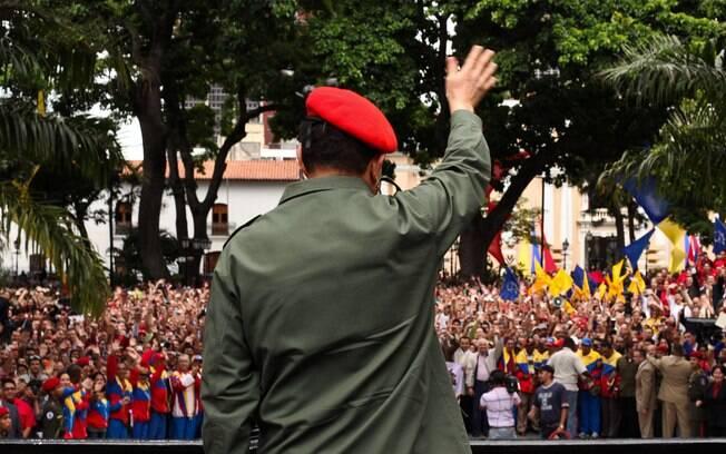 Em julho de 2011, Chávez cumprimenta partidários em cerimônia em Caracas