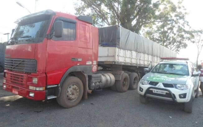 Operação da Polícia Militar em Araraquara, interior de São Paulo, resultou na apreensão de carga de madeira nativa