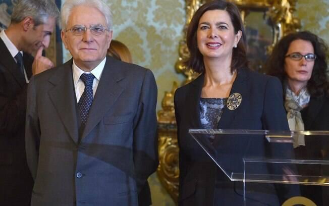 Novo presidente italiano Sergio Mattarella posa com a presidente da Câmara Baixa Laura Boldrini no edifício do tribunal Constitucional perto do Palácio Quirinal, em Roma