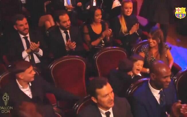 Thiago morde a orelha do irmão Mateo. Eles são filhos de Messi