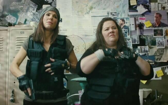 Sandra Bullock e Melissa McCarthy em cena de