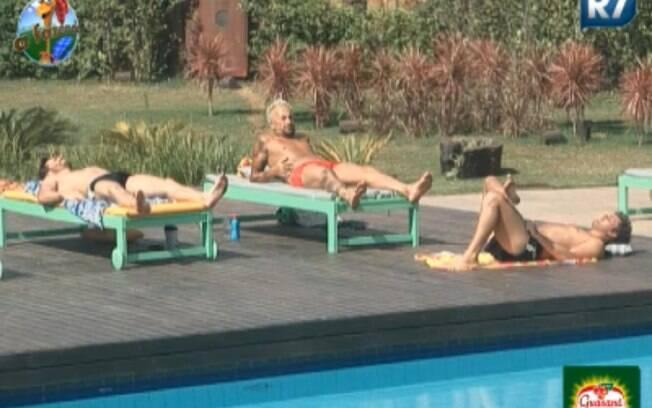 Marlon, Gui Pádua e Thiago Gagliasso conversam na piscina
