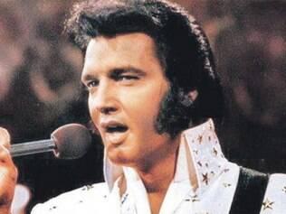 Família e fãs enfrentam frio para homenagear aniversário de Elvis Presley