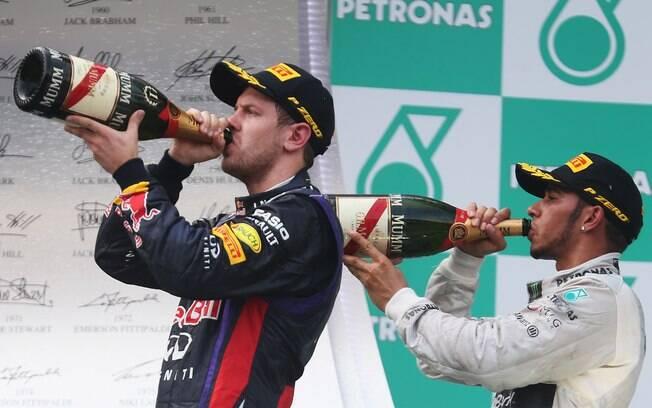 Vettel e Hamilton comemoram resultado do GP  da Malásia no pódio