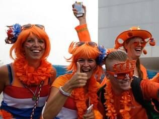 Torcedores holandeses ganharam apoio dos brasileiros no caminho para o Itaquerão