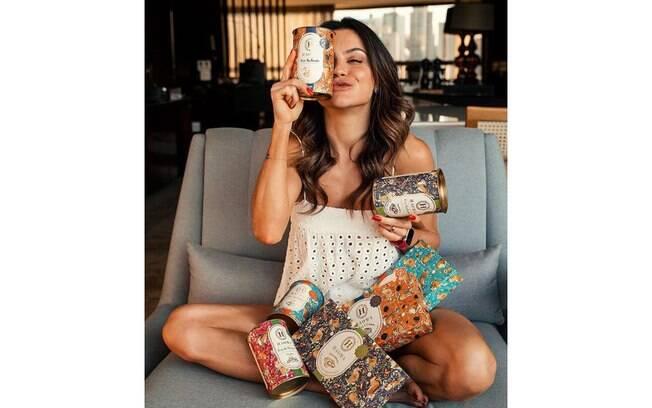 A blogueira Juju Norremose com os chocolates da Haoma