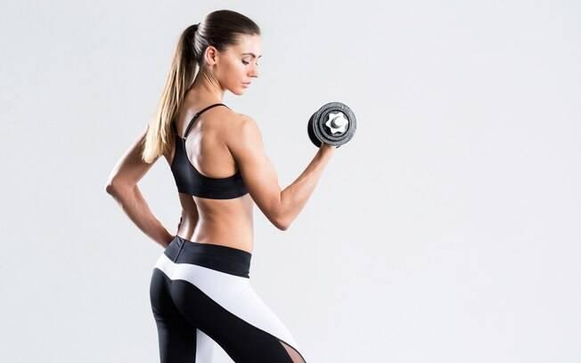 Para ter bons resultados no treino de braços é preciso atenção a detalhes como postura, pesos e mais. Veja os detalhes