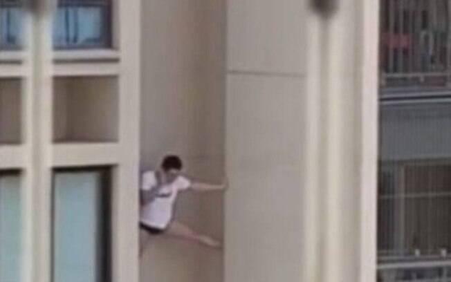 Homem tentou descer se apoiando pelas paredes do prédio