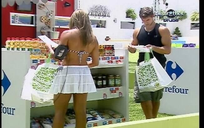 Fabiana e Jonas separam os produtos comprados mais cedo