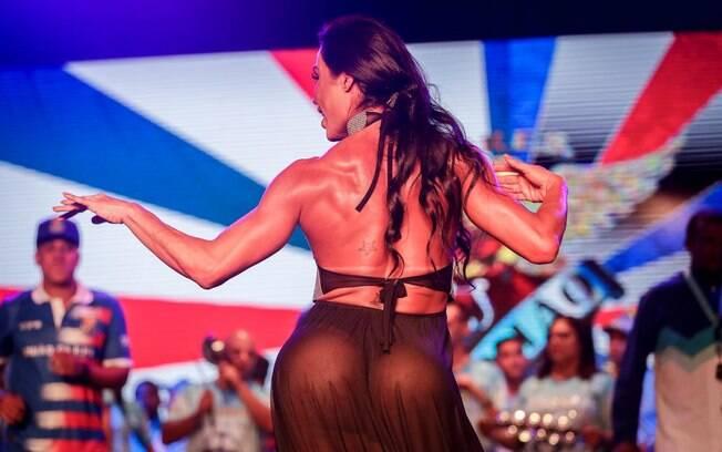 Se preparando para o Carnaval, Gracyanne Barbosa participou de ensaio da União da Ilha com vestido transparente e chamou atenção com seu corpão