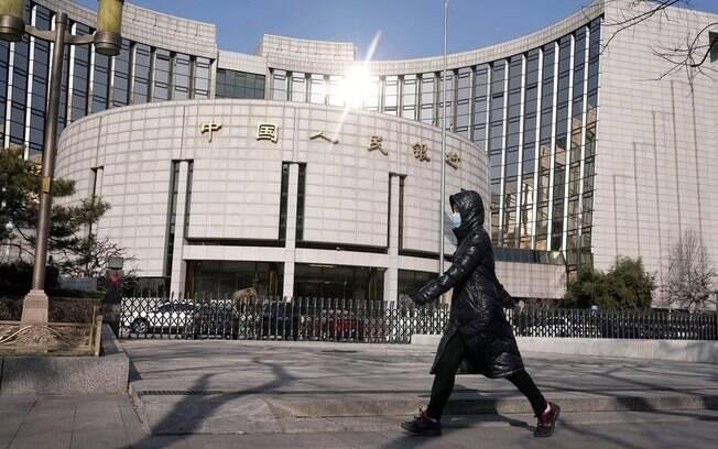 Morador de Pequim caminhando com sua máscara de proteção