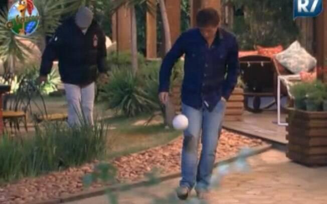 Thiago Gagliasso brinca com bola improvisada