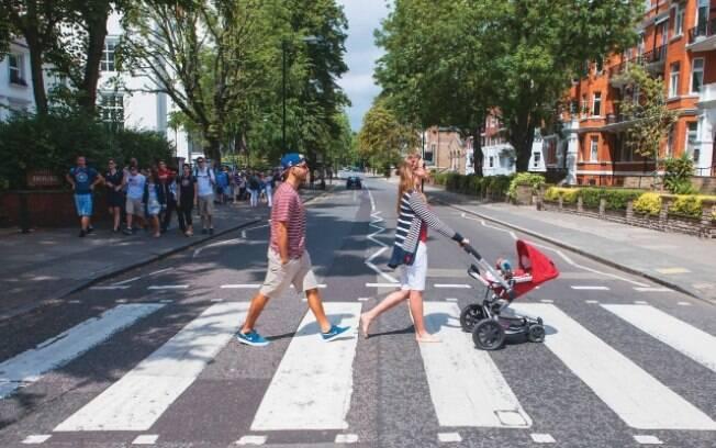 Luana Piovani e Pedro Scooby passeiam com Dom por Londres