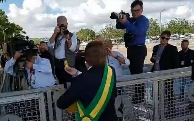 Presidente, Jair Bolsonaro, faz transmissão ao vivo no Facebook filmando a ação de humorista debochando da imprensa