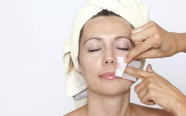 A cera é uma das técnicas mais populares para depilar o rosto, mas exige cuidados
