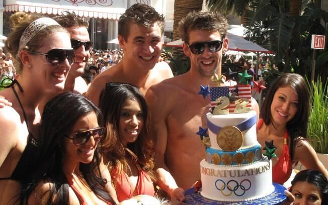 Já aposentado, ele ganhou bolo com número de  medalhas olímpicas em uma festa na piscina em  setembro de 2012
