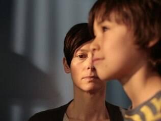 No filme, mãe e filho não desenvolvem laços afetivos durante a infância