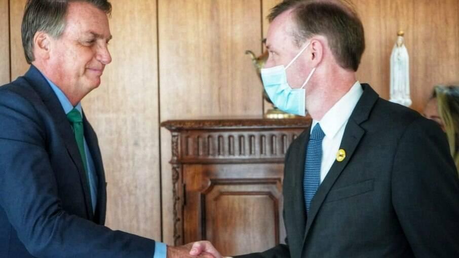 Sem máscara de proteção contra a Covid-19, Jair Bolsonaro recebe altos funcionários do governo Biden nesta quinta-feira, 05