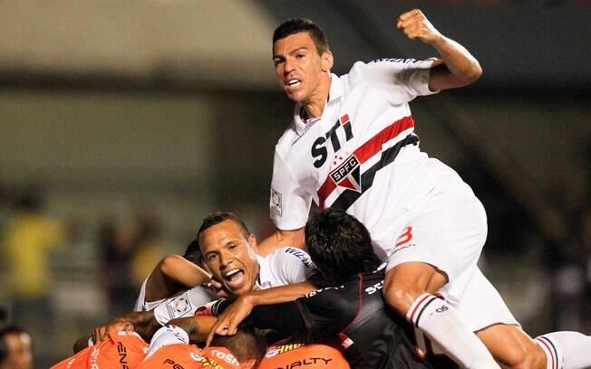 Lúcio e Luis Fabiano comemoram gol na goleada  são-paulina