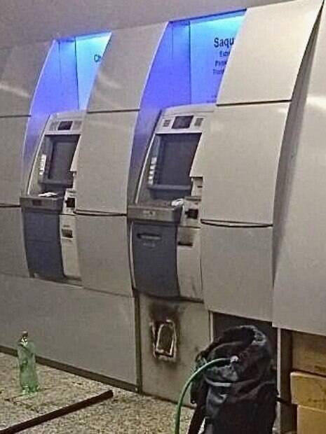 Note a precisão do corte limpo que os criminosos, especializados em ataques com uso de maçarico, fizeram na parte inferior do caixa eletrônico
