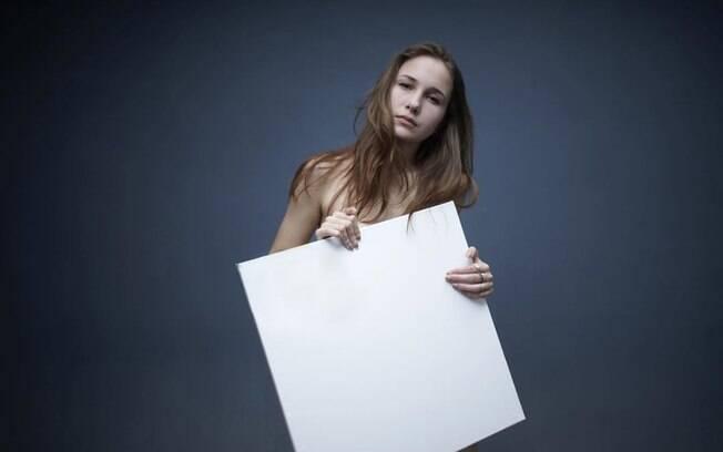 Nadia Matievskaia usa uma técnica inusitada para criar sua arte: ela cobre os seios com tinta e os usa como pincel