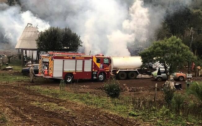 incêndio e carro do corpo de bombeiros