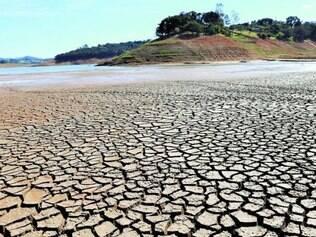 Assustador. Vista da seca na represa do rio Jaguari, no interior de São Paulo