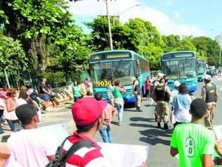 Pedido. Moradores do bairro Castanheiras reivindicaram, na avenida dos Andradas, asfaltamento de vias