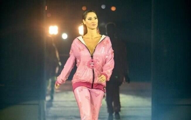 A ex-ponteira da seleção brasileira de vôlei desfilou para uma marca de roupas na noite dessa quinta-feira em SP