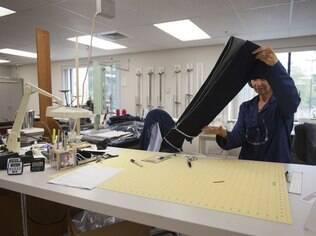 Técnica analisa tecido em fábrica da Invista: inovação frequente