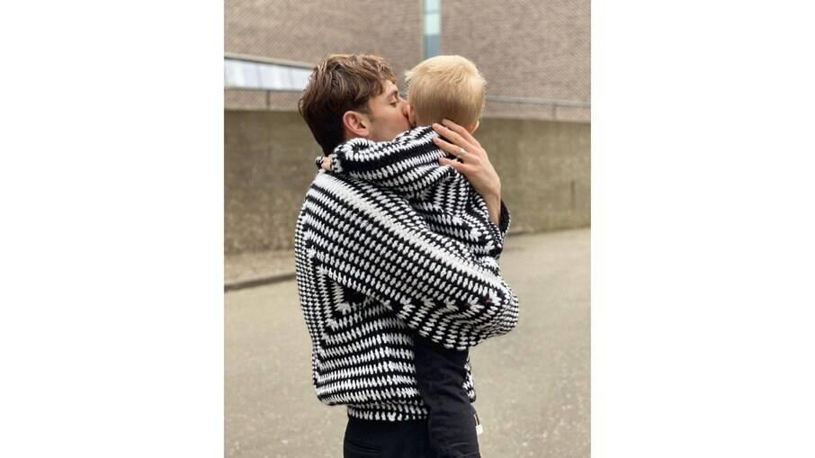 Tom Daley e o filho usando casacos combinando