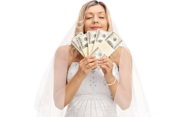 Noiva recebeu um cheque do tio do noivo de presente, mas o familiar pediu o dinheiro de volta três meses depois