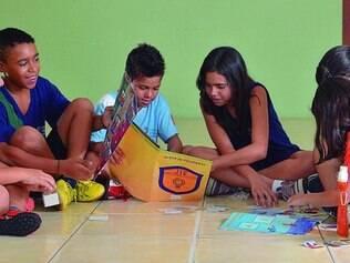 Novidade.Ao invés de números, letras: alunos se divertem trocando figurinhas de si mesmos